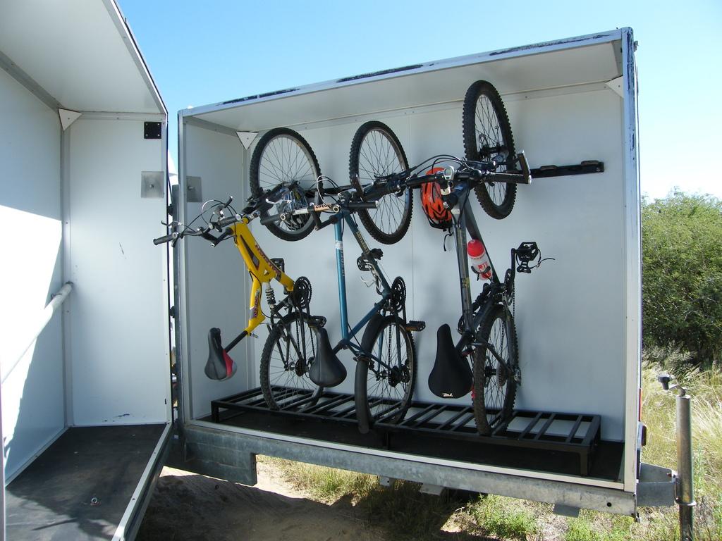 Die Fahrräder werden sicher im Anhänger untergebracht