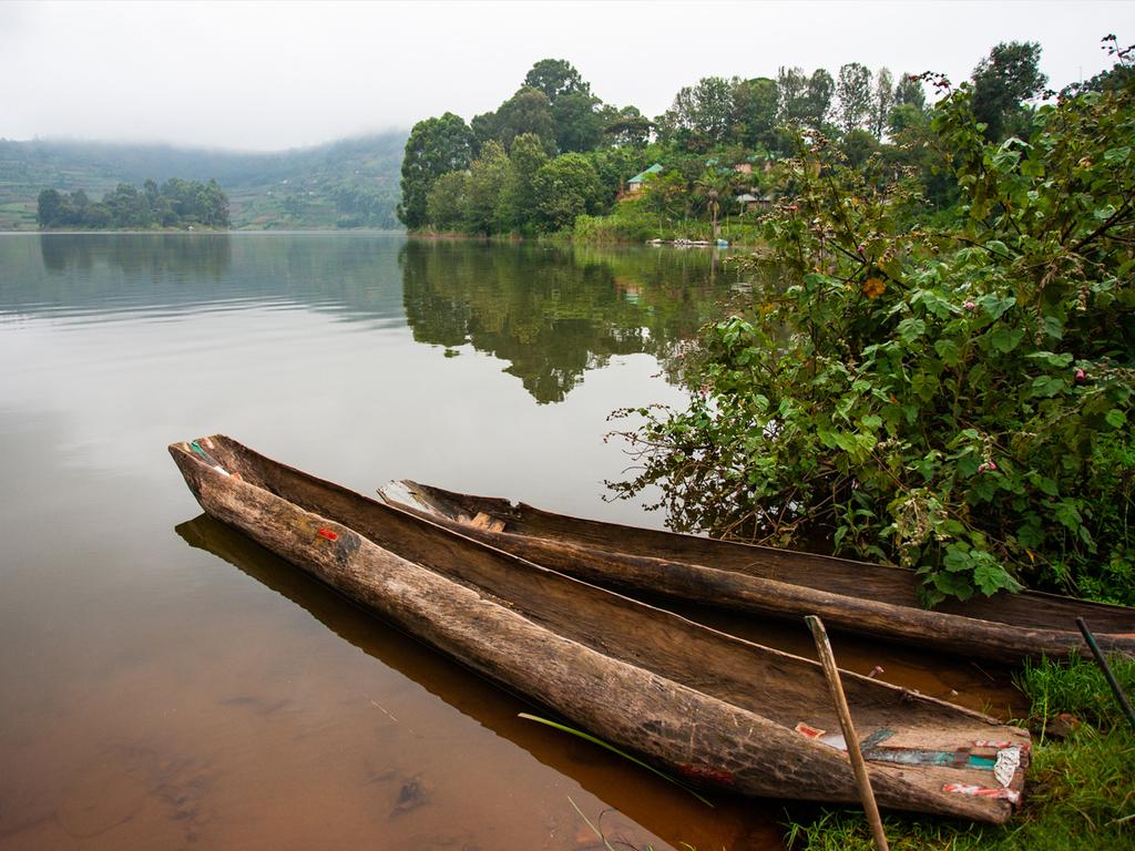 Lake Mutanda – Ruhengeri – Kigali (Ruanda): Grenzüberquerung nach Ruanda; Besuch des Dian Fossey-Museums; abends Rückflug via Brüssel