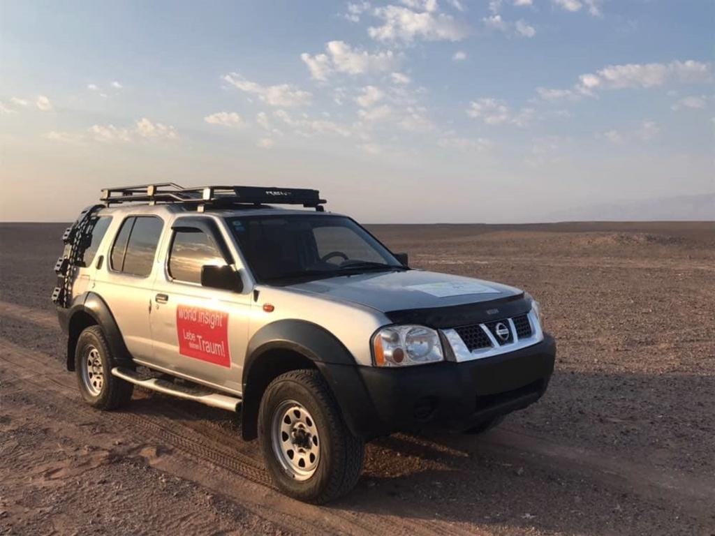 Allradfahrzeug in der Wüste Lut