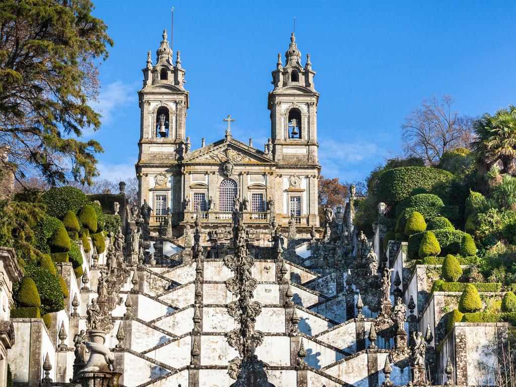 Porto – Guimarães – Braga – Viana do Castelo  : Fahrt nach Guimarães mit Besuch der Burg und dem Palast der Herzöge, weiter nach Braga zur Kirche Bom Jesus do Monte, Ankunft in Viana do Castelo