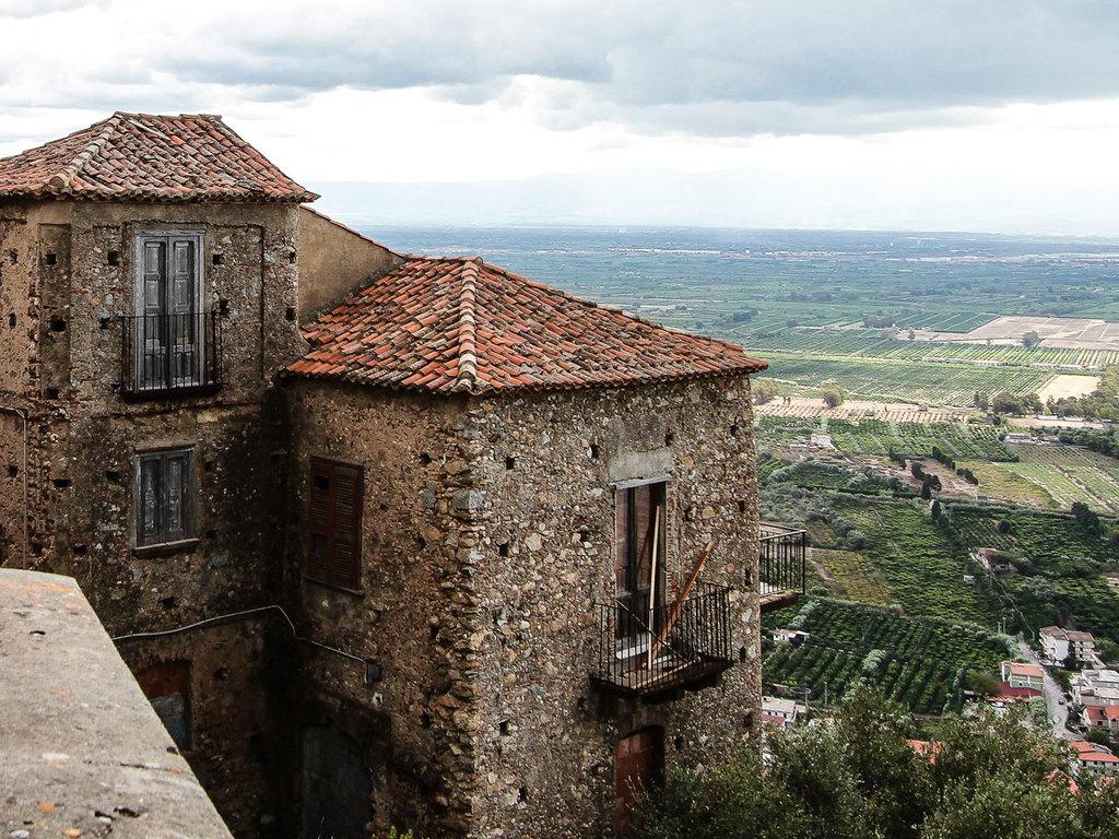 Ausflug nach Nicotera und Paravati: Wanderung nach Nicotera, Besichtigung der Stadt, Verkostung in einer Ölmühle, Besuch des Marienheiligtums von Paravati