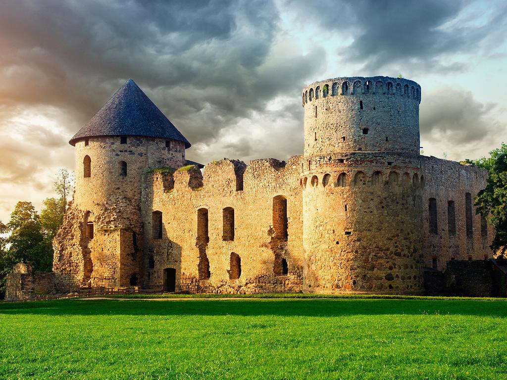 Cesis – Ligatne – Cesis: Stadtrundgang mit Burgbesichtigung in Cesis, Wein- und Käseverkostung bei einer Winzerfamilie in Ligatne
