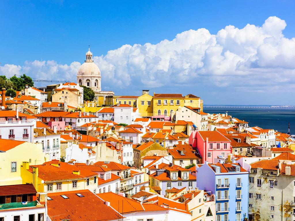 Lissabon: Citytour mit einem lokalen Guide mit Miradouro de Sao Pedro de Alcantara, Convento do Carmo und der älteste Ginjinha-Bar der Stadt, nachmittags frei, abends Fado Konzert