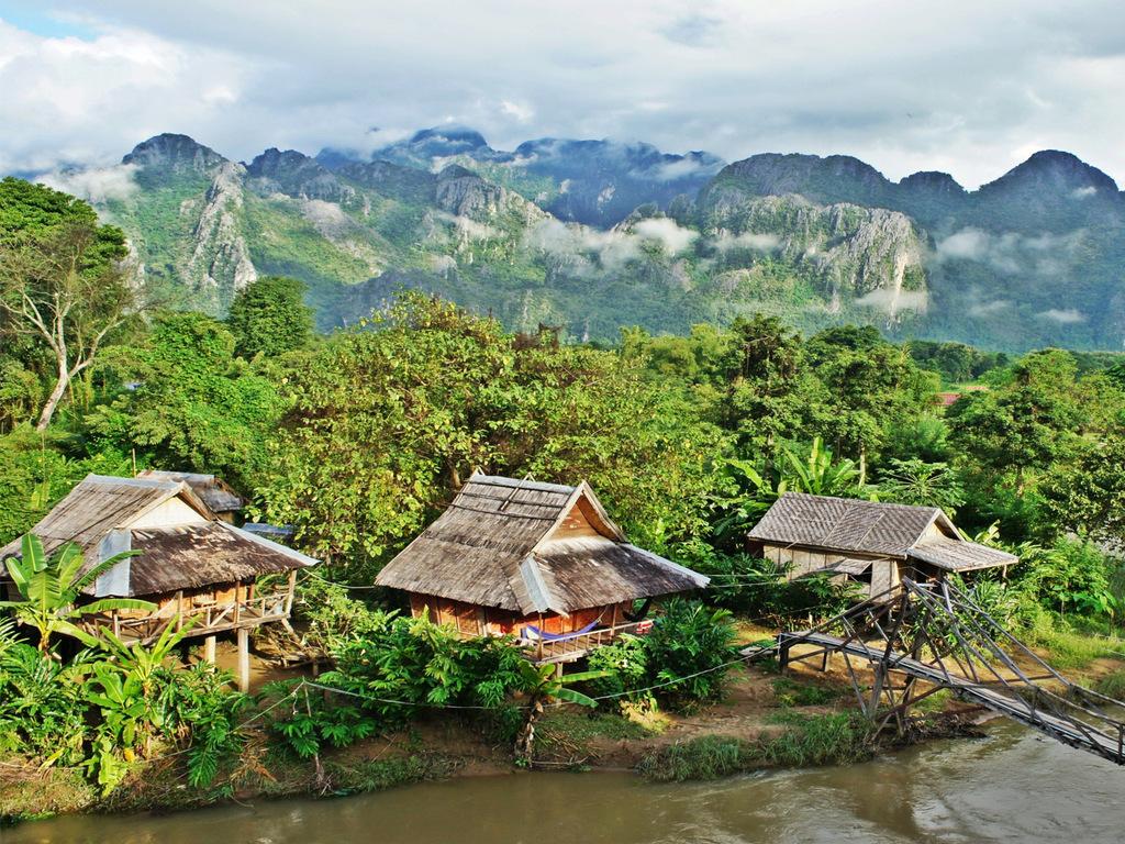 Vang Vieng: Wanderung durch herrliche Landschaften, Höhlenbesichtigungen, freier Nachmittag