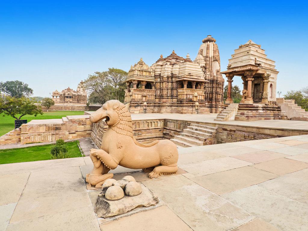 Khajuraho und Varanasi: Yogastunde in Khajuraho, Erkundung der Tempelanlagen, Flug nach Varanasi, freier Abend in Varanasi