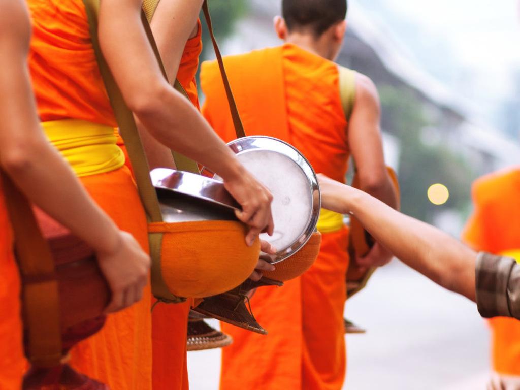 Luang Prabang: Almosengang der Mönche, Minderheiten Khmu und Hmong, Wanderung zu den Kuang Si Wasserfällen mit Picknick