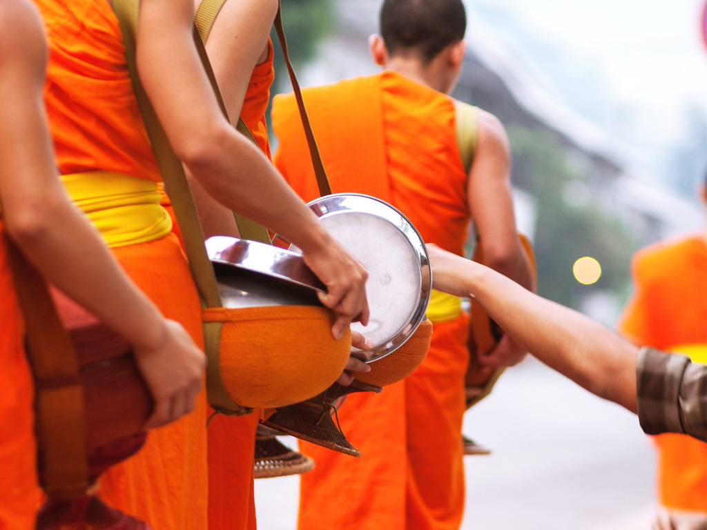Luang Prabang – Pak Ou – Luang Prabang: Almosengang, Morgenmarkt, Flussfahrt zu den Pak Ou-Höhlen