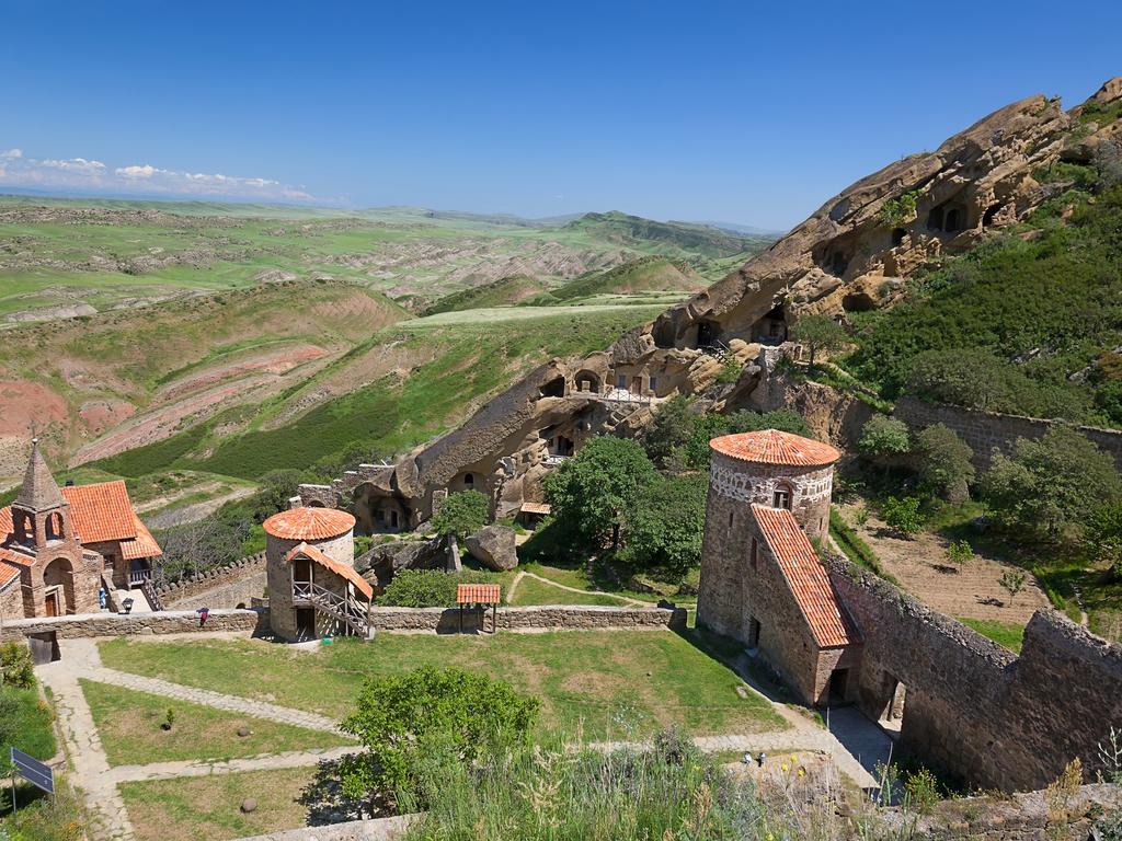 Erst fahren wir durch die liebliche Landschaft der Weinregion Kachetien, dann durch die zerklüftete Halbwüste Ostgeorgiens bis zum Höhlenkloster Dawit Garedscha