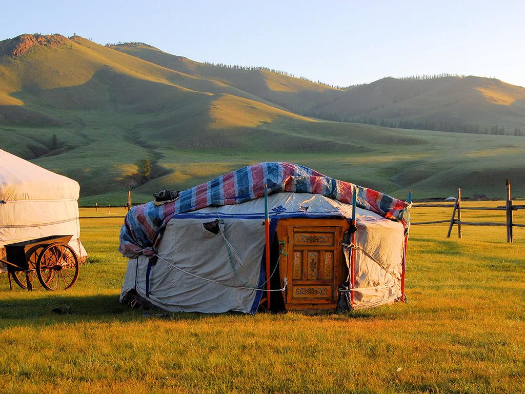 Ulaanbaatar – Khustain Nuruu-Nationalpark: Bezug Jurten-Camp und Freizeit im Nationalpark, Pirschfahrt auf der Suche nach wilden Herden der Przewalskipferde
