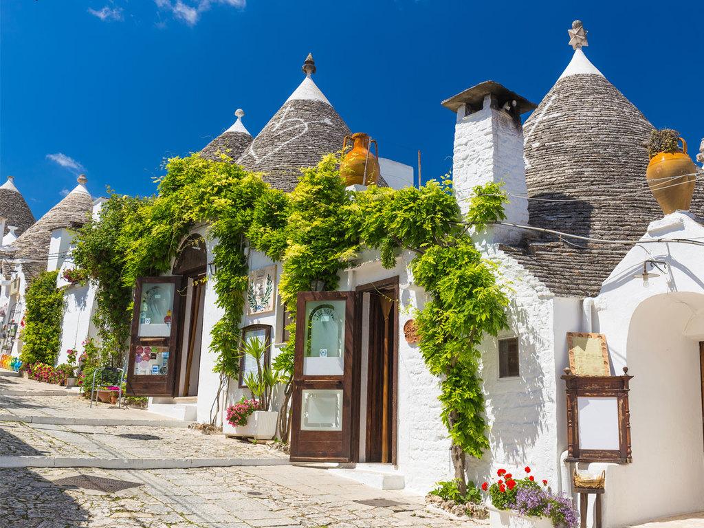 Cellino San Marco – Alberobello: Fahrt nach Alberobello, unterwegs Halt in Ostuni und Stadtrundfahrt mit einer Ape Piaggio, Spaziergang durch Alberobello, Freizeit