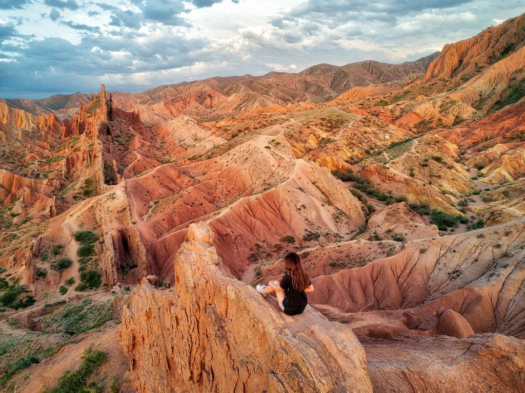 Kotschkor – Bokonbajewo : Fahrt zum Issyk Kul-See, Wanderung Petroglyphen von Ak Sai, Dorf der Jurtenmacher, Besuch eines Adlerjägers, Übernachtung in einem Gästehaus