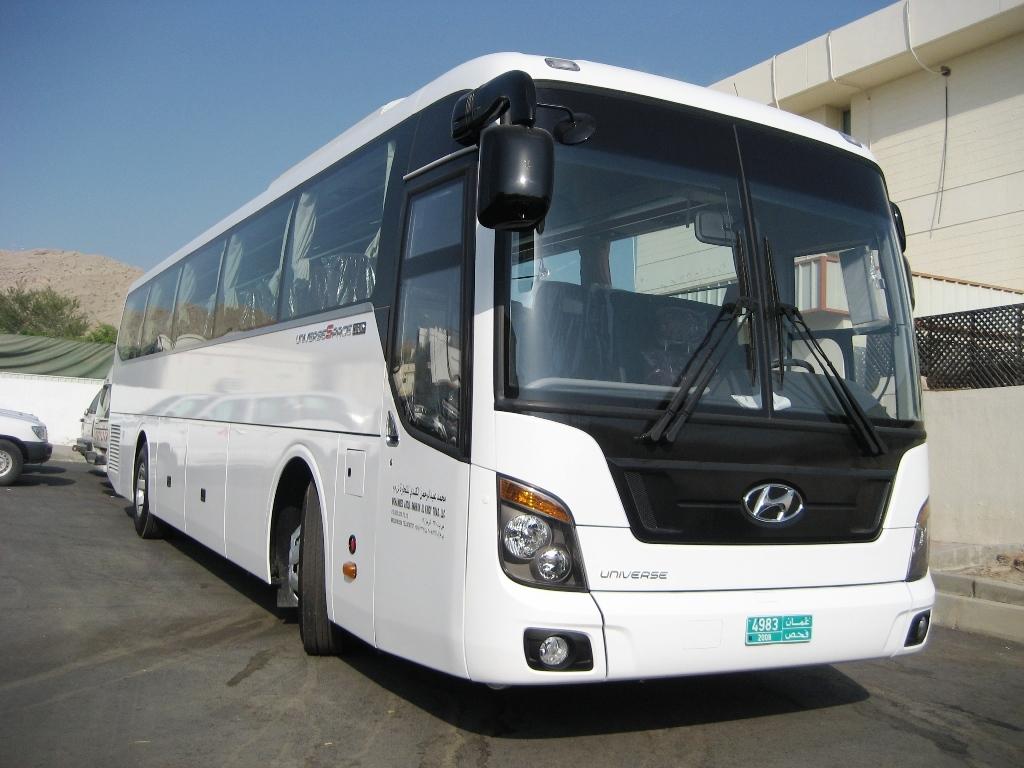 Bus im Oman. Anstelle der kleineren Coasterbusse wird bei einigen Gruppen ein größerer Bus, wie dieser eingesetzt.