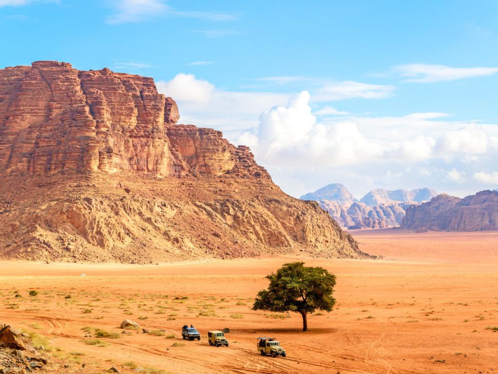 Wadi Rum – Aqaba: zweistündige Wanderung im Wadi Rum oder Kamelreiten (optional) oder Entspannen im Camp, Fahrt nach Aqaba, Stadtrundgang Aqaba