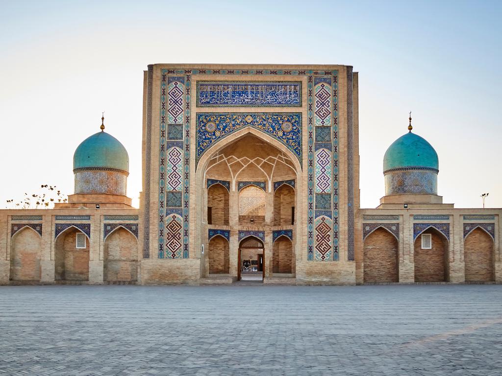 Taschkent: Landung am Morgen, Besichtigung mit Hast Imam-Komplex, Kukeldash-Medrese, Basar, Fahrt mit der U-Bahn, Theaterplatz und Denkmal von Amir Temur, Welcome Dinner