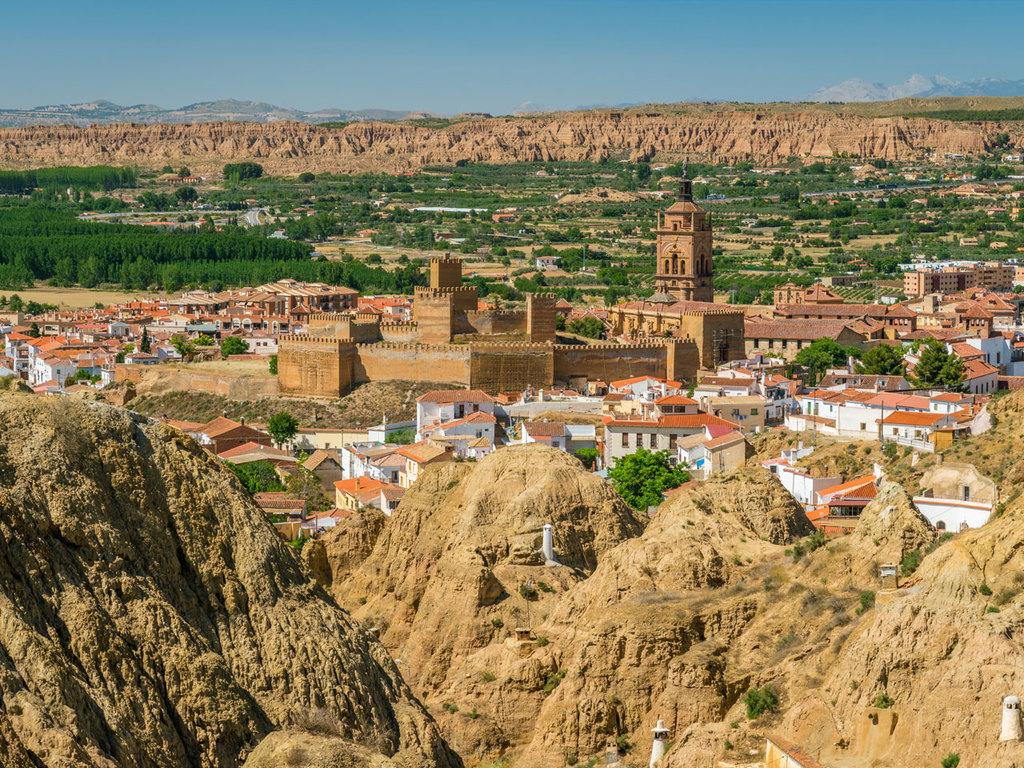 Granada – Guadix: freier Vormittag, Besichtigung in Guadix, Wanderung am Fuße der Sierra Nevada, gemeinsames Barbecue, Übernachtung im Höhlenhotel
