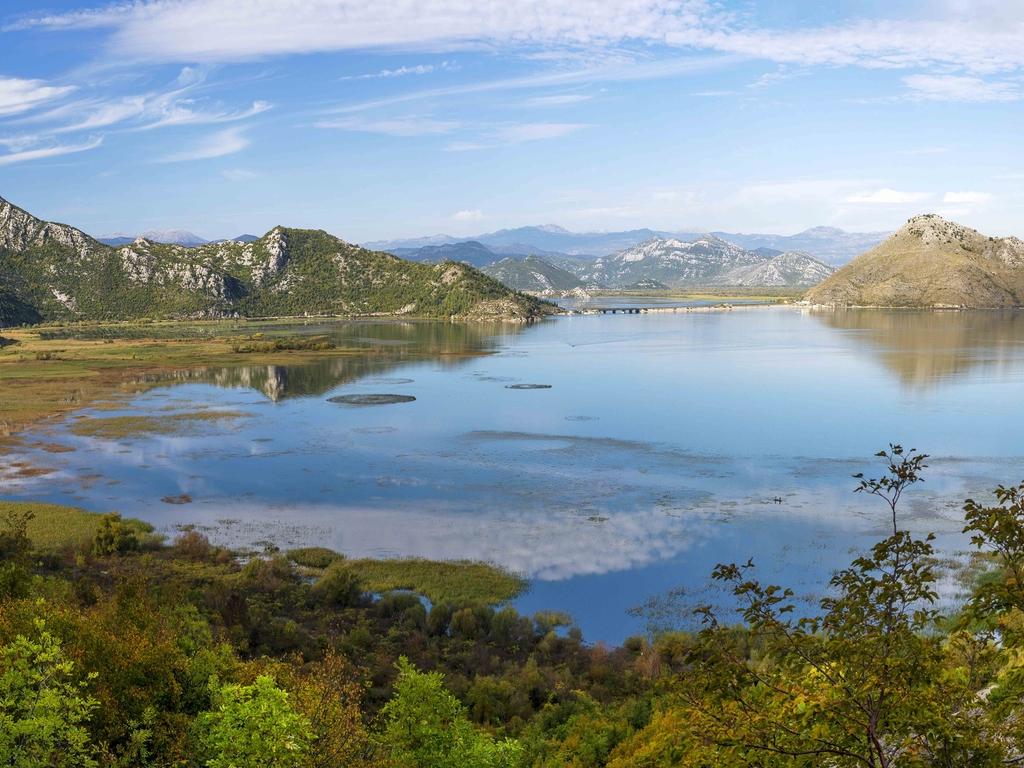 Budva – Nationalpark Lovćen – Skadar-See – Budva: Bergdorf Njegusi, Mausoleum auf den Bergspitzen des Lovćen-Massivs, Bootsfahrt auf dem Skadar-See mit Abschiedsessen im Fischerdorf Virpazar