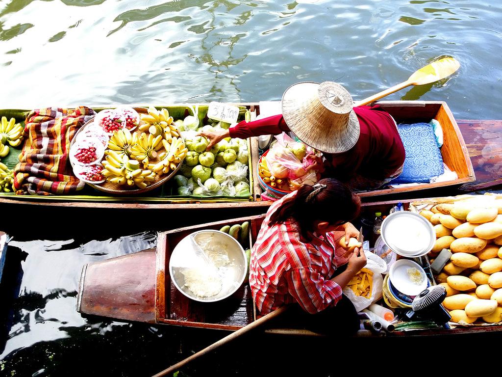 """Bangkok – Maeklong – River Kwai : Maeklong Railway-Markt, Brücke am Kwai, Fahrt mit der """"Todeseisenbahn"""""""