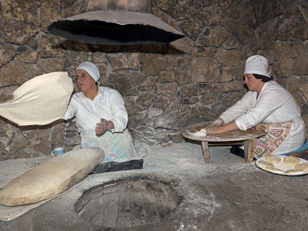 Fladenbrotbacken aus dem traditionellen Tonofen