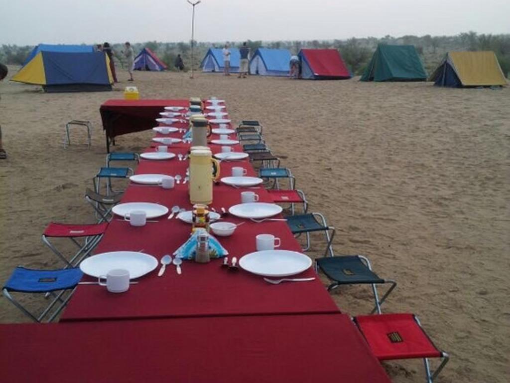 Einfache Zelte im Wüstencamp