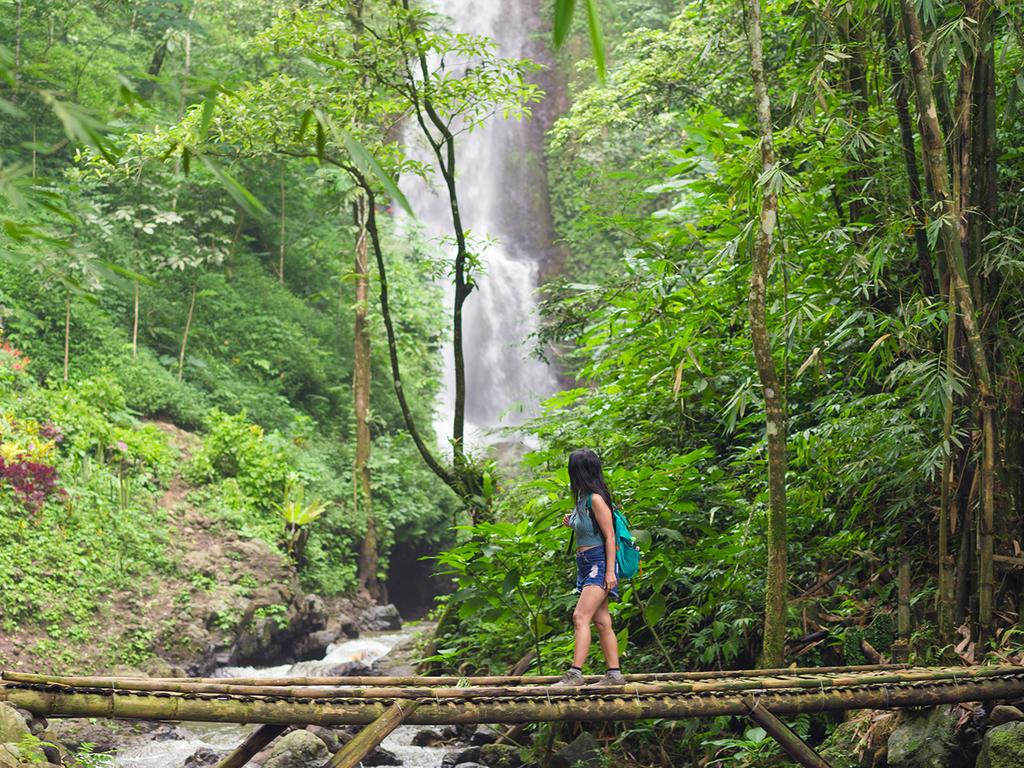 Pemuteran – Munduk: Wanderung zum Red Coral-Wasserfall