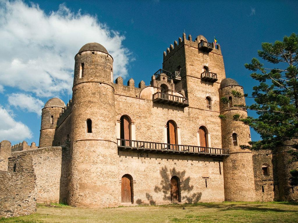 """Bahir Dar – Gondar : Besichtigung Palastbezirk """"Gemp"""", Kloster Debre Berhan Selassie und Bad des Fasilidads"""
