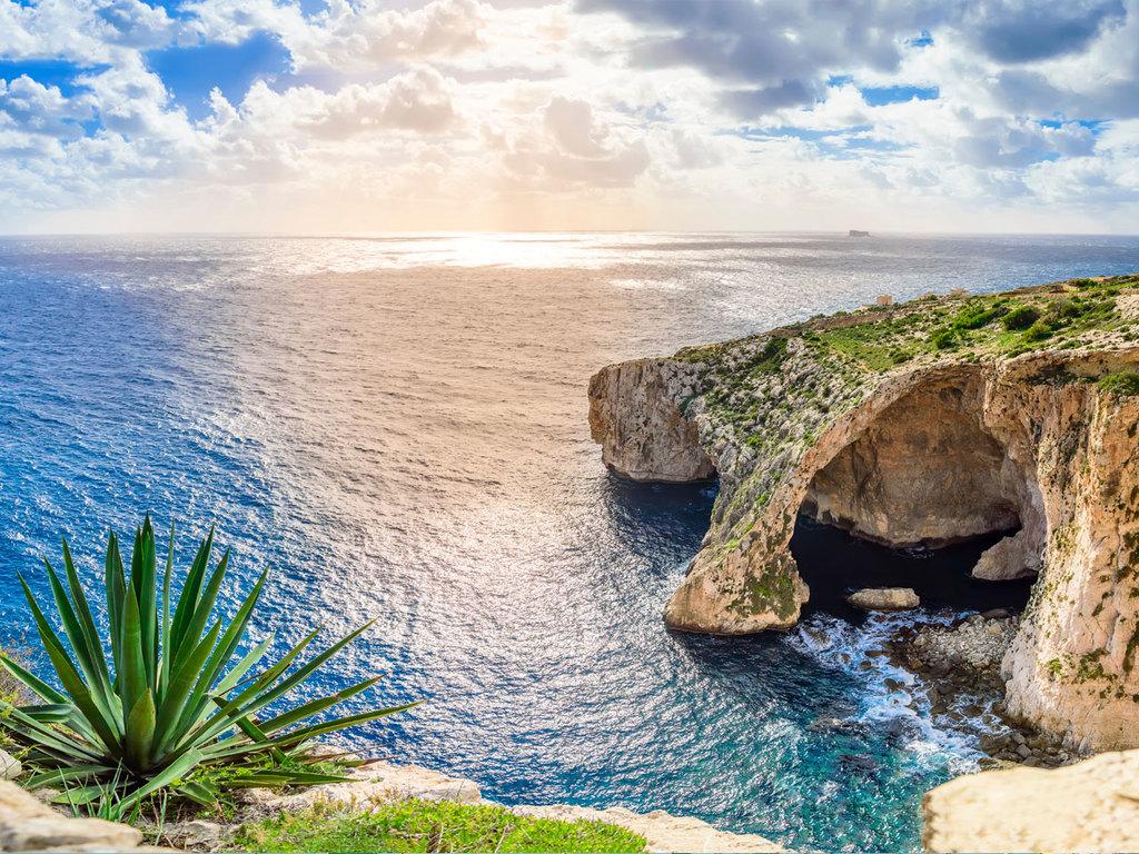 Sliema – Ghar Dalam-Höhle – Blaue Grotte – Dingli-Klippen – Sliema: Tagesausflug in den Süden der Insel mit Stopps an der Ghar Dalam-Höhle (inkl. Besuch der Ausstellung), der  Blauen Grotte, dem Hagar Qim Tempel und den Dingli-Klippen