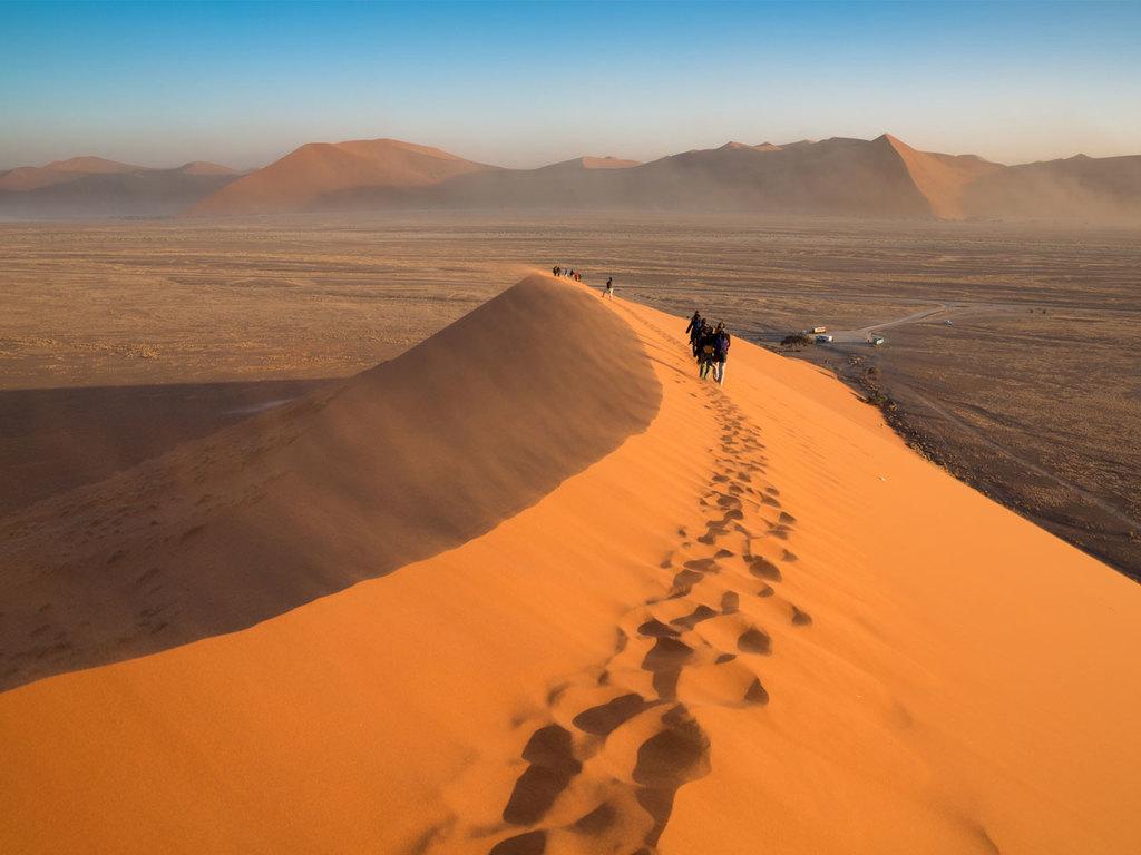Dünen von Sossusvlei und Sesriem Canyon: Fahrt in den Namib Naukluft-Nationalpark, Wanderung durch die Dünenlandschaft von Sossusvlei, am Nachmittag Wanderung im Sesriem Canyon