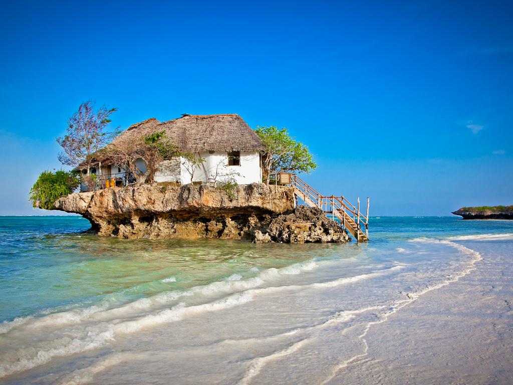Sansibar (Pingwe): Vormittag zur freien Verfügung in Stone Town, am Nachmittag Transfer in den Osten der Insel, Badeaufenthalt im Tropenparadies