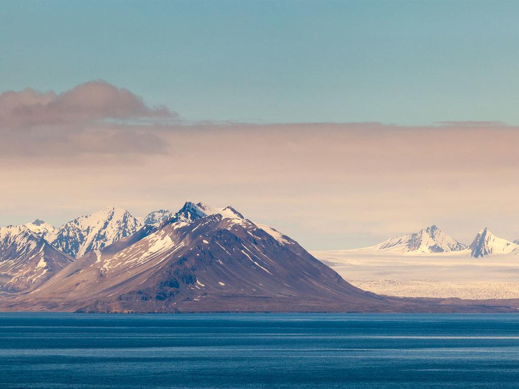 Longyearbyen – Barentsburg – Longyearbyen: Bootsfahrt nach Barentsburg, unterwegs Esmark-Gletscherzunge und Panoramablicke auf die Landschaft, Besichtigung der Bergarbeitersiedlung Barentsburg, Vogelberg Fuglefjella