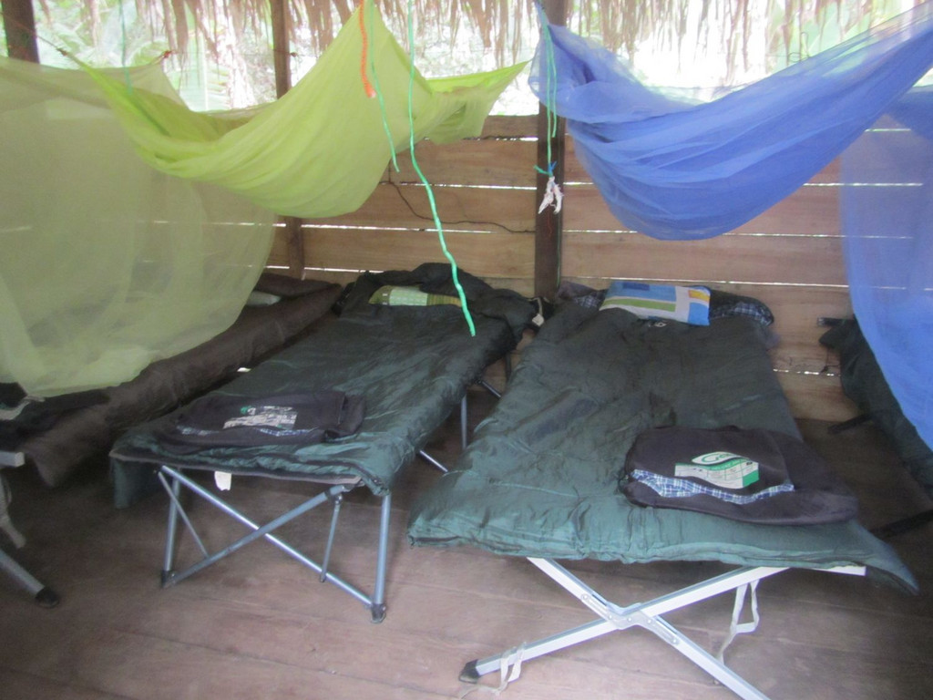 Übernachtung auf Feldbetten im Lager des Schamanen