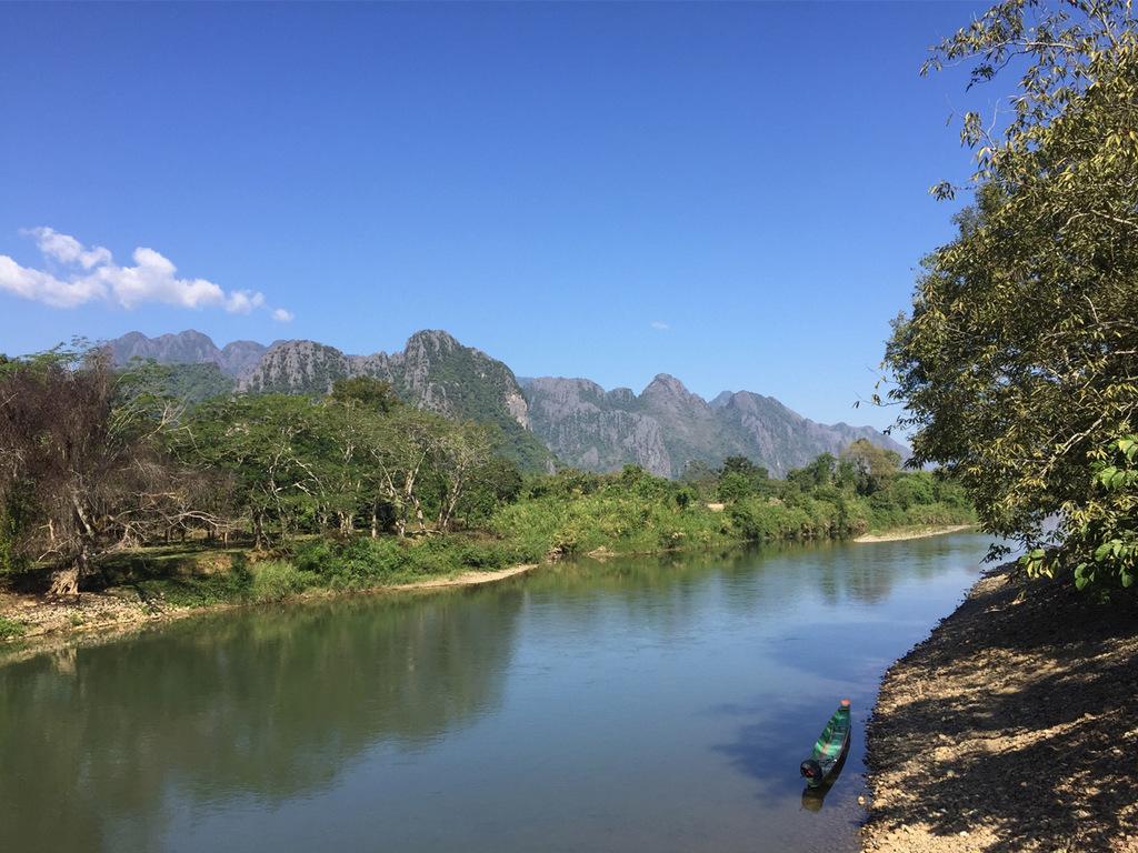 """Vientiane – Vang Vieng: """"Blaue Lagune"""" und eine Höhle, Sundowner am Fluss"""