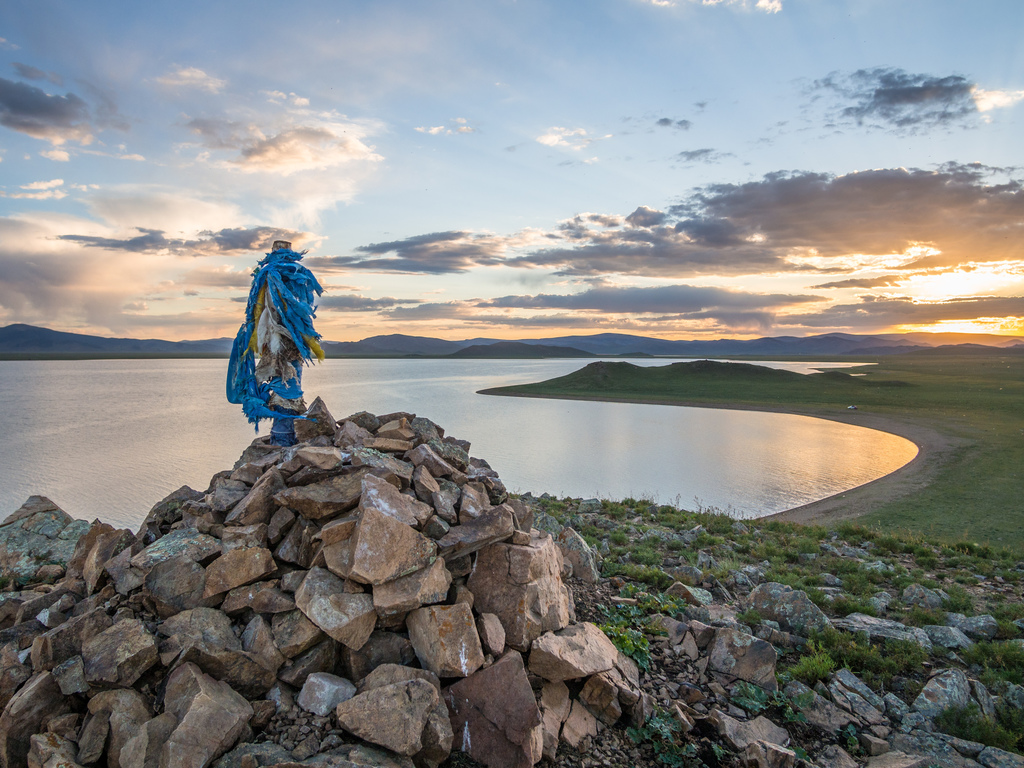 Taikhar Chuluu – Vulkan Khorgo – Terkhiin Tsagaan: Fahrt vom Vulkan Khorgo, Wanderung auf den Vulkan mit Umrundung des Kraters, Stopps am Terkhiin Tsagaan-See