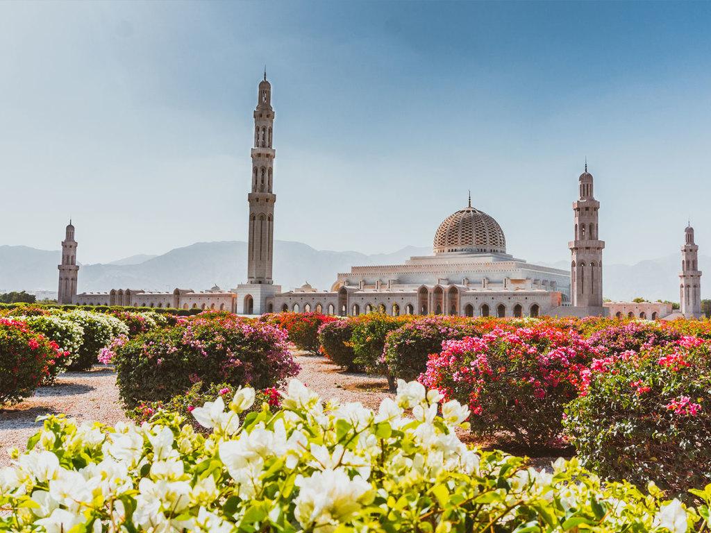 Muscat – Bahla – Jabrin – Nizwa: Besichtigung Sultan Qaboos-Moschee, Bahla Fort, Jabrin Festung, Besuch des Nizwa Fort