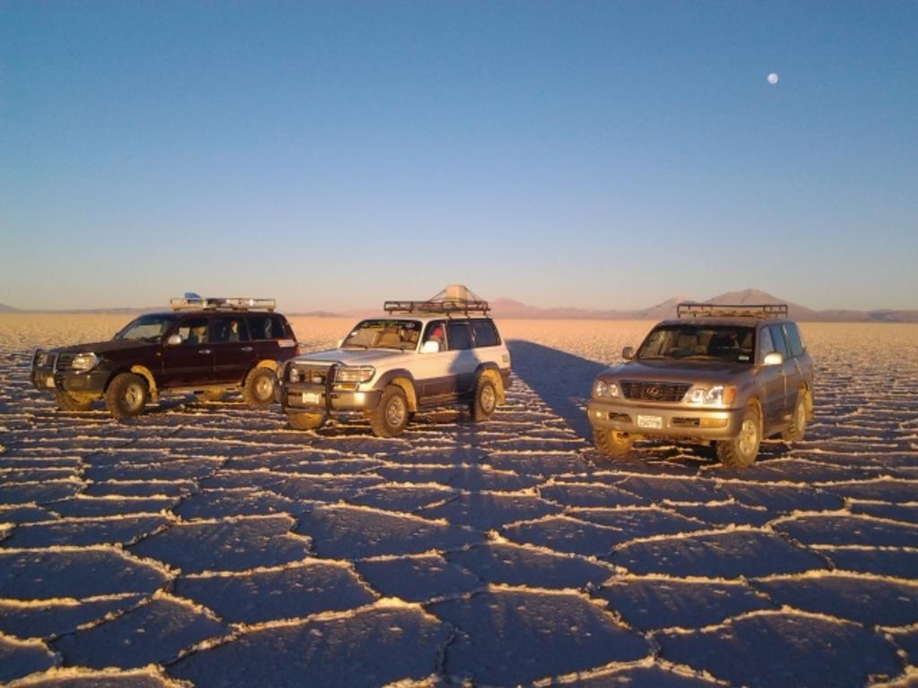 Einige unserer Jeeps im Salar de Uyuni.