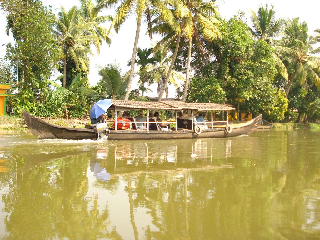 """Beispielbild Boot in den """"Backwaters"""" von Kerala"""