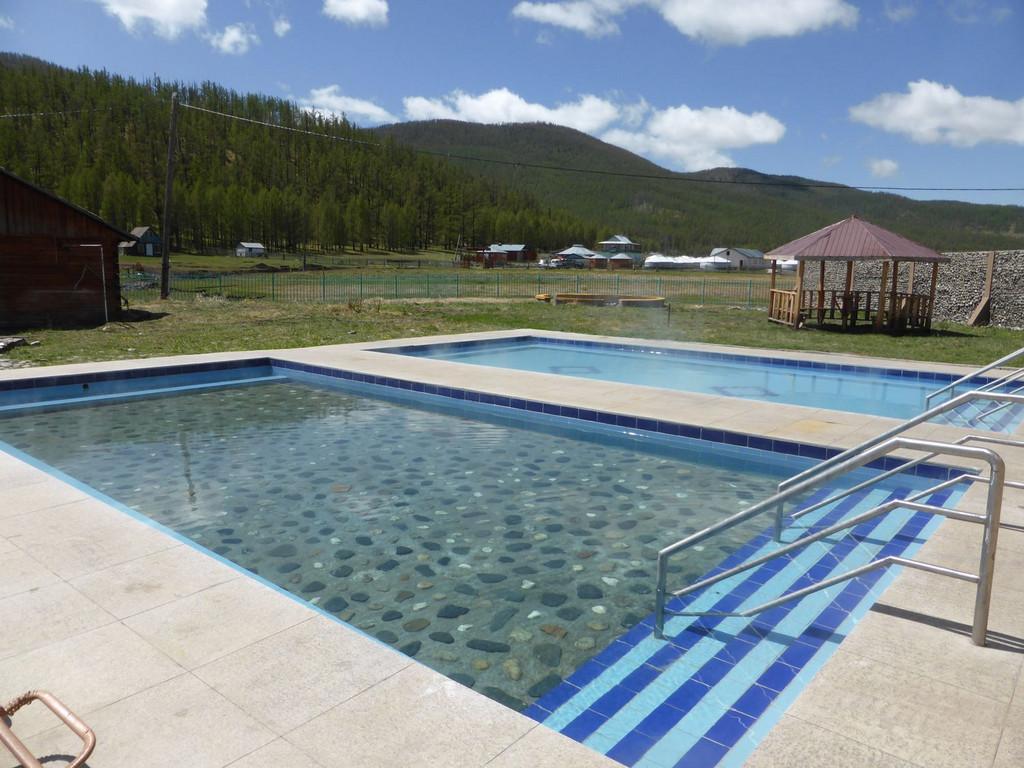 Heiße Quellen Poolbecken in Tsenkher