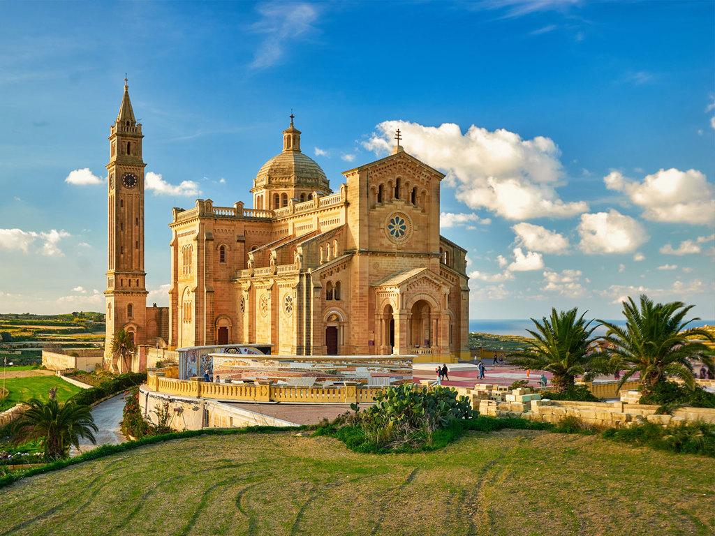Ausflug über die Insel Gozo: Inselrundfahrt mit Besichtigungen: Dwejra-Bucht, Ġgantija-Tempel, Basilika ta' Pinu, Salzpfannen in der Xwejni Bay, Aussichtspunkt Qala; Stadtspaziergang und Freizeit in Victoria