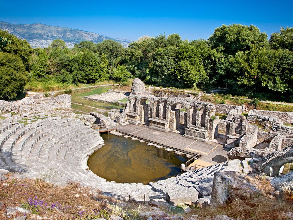 Gjirokastra – Butrint – Saranda – Qeparo – Dhermi: Besichtigung Ausgrabungsstätte Butrint, Spaziergang Promenade Saranda, kleine Wanderung in Qeparo