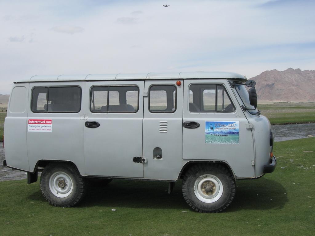 Solide und für alle Wege geeignet: unsere Fahrzeuge in der Mongolei