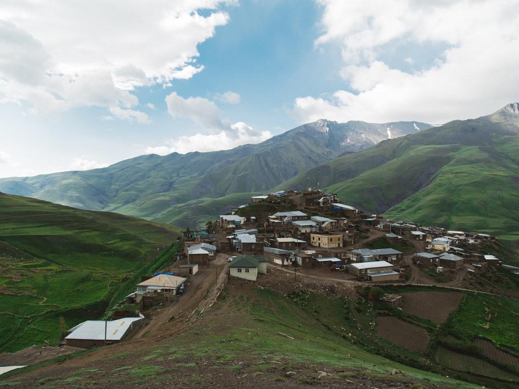 Guba – Griz – Khinalug – Guba: Fahrt in das Dorf Griz, Wanderung zu einem Wasserfall, Mittagessen bei einer Familie, Ethnologisches Museum in Khinalug, Führung und Freizeit in Khinalug, Rückfahrt nach Guba