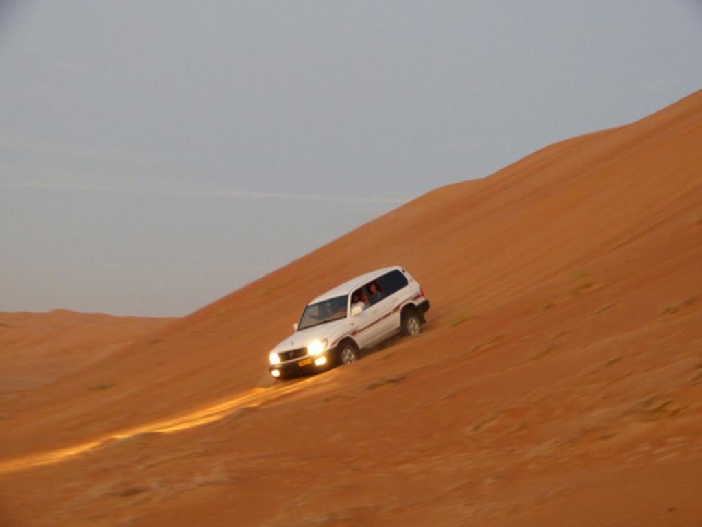 Allradfahrzeug der Beduinen in den Wahiba Sands.
