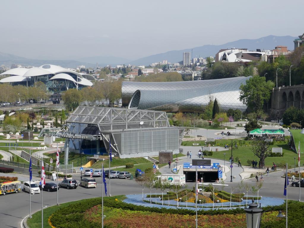 Tiflis : Stadtbesichtigung, nachmittags Fahrt mit der Seilbahn zum Vergnügungspark