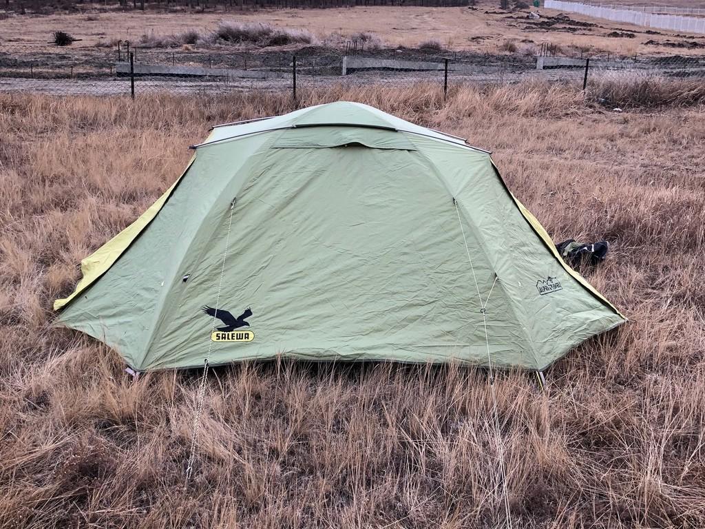 Zelte während des Trekkings der Mongolei aktiv+ Reise