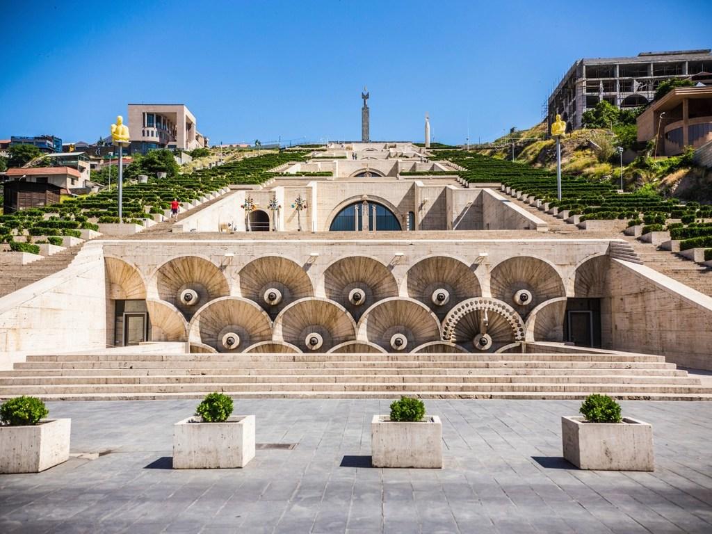 Jerewan – Tempel Zvartos – Jerewan : Stadtrundfahrt Jerewan, Kathedrale Etschmiadsin, Tempel Zvartos, Brandyfabrik mit Verkostung
