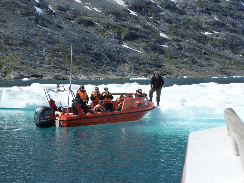 Tasiilaq: Bootsfahrt zum Nordufer und Wanderung zurück nach Tassilaq am Ufer entlang